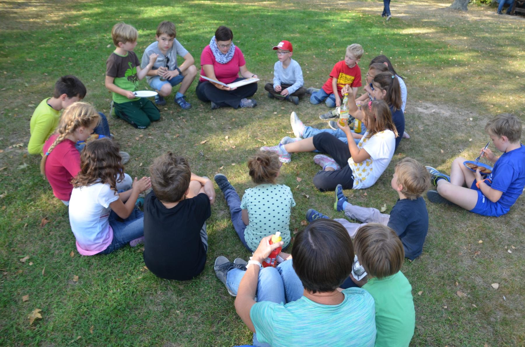 Mit-Interesse-lauschten-die-Kinder-der-Gescichte-über-den-Kartoffelkönig