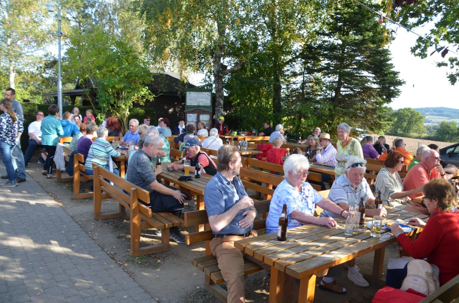 Viele-Gäste-vergnügten-sich-beim-Kartoffelfest-des-Rhönklub-ZV-Eichenzell